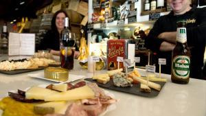 <p>La Bodega de Alicante, conservas, quesos, embutidos y el mejor vermouth de la ciudad. Local de tapas de gran historia y tradición, amplia carta de vinos</p>
