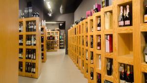 <p>Vadevins, la enoteca de Alicante perteneciente al Grupo Gastronou. Un lugar único con las mejores referencias de vinos y licores. También para catas.</p>