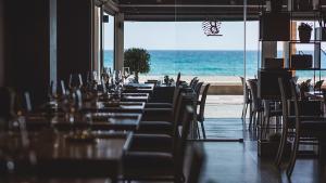 <p>Restaurante Brel situado en el paseo marítimo de El Campello apuesta por una cocina de temporada y productos del entorno. La Mesa 0 es un espacio creativo</p>