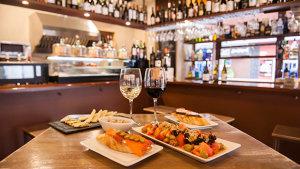 <p>Ca Soler, taberna con productos locales y nacionales. Gran variedad de vinos. Ambiente acogedor y tranquilo para disfrutar en el centro de Alicante. </p>