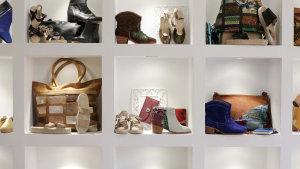 <p>Prendas con diseños originales, zapatos elaborados con auténtica piel de vaca y mucho más en esta tienda que encontrarás en pleno centro de Alicante.</p>