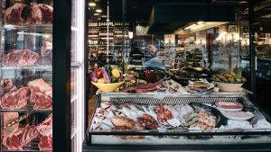 <p>Disfruta de carnes, pescados y mariscos de la máxima calidad cocinados a la brasa. En el Puerto Deportivo de Alicante, con increíbles vistas a la ciudad.</p>