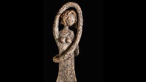 <p>Mª Ángeles Toledo es Pau Cámara, una artesana de la cerámica que trabaja con las manos y el cariño de toda una vida dedicada a este arte. Ocio Magazine.</p>