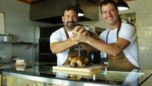 <p>Trinchar, el buen pollo. La nueva pollería de Carl Borj y Dani Frías en la zona de San Juan Playa. Sabor, disfrute y cero protocolo con este pollo asado</p>